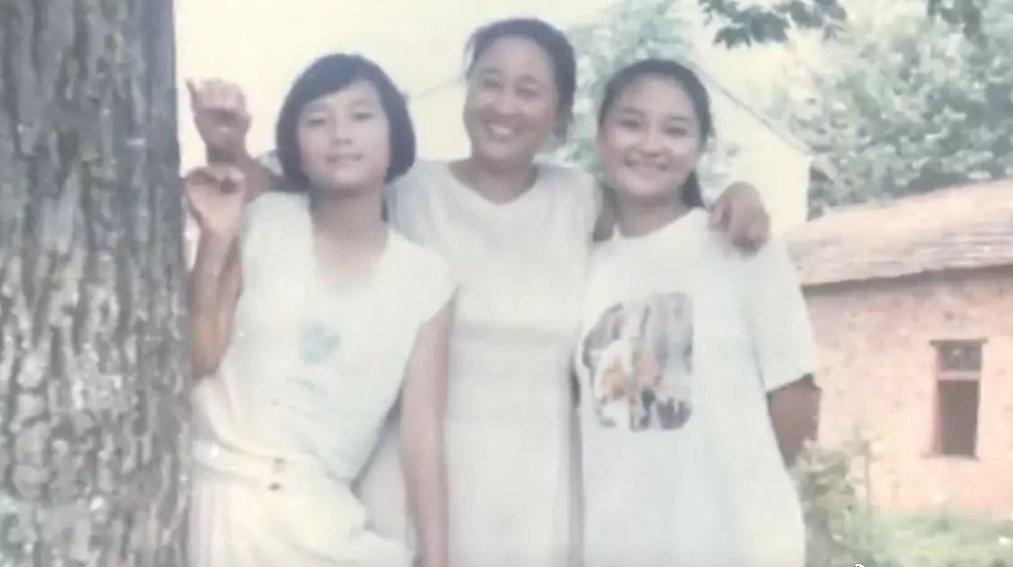 贾玲妈妈年轻时照片曝光!母女一模一样,网友感叹要是还在该多好