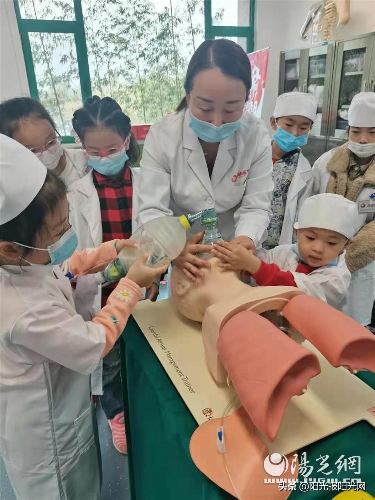 """小朋友變身""""小醫生""""國際醫學開展親子公益游學體驗營活動"""