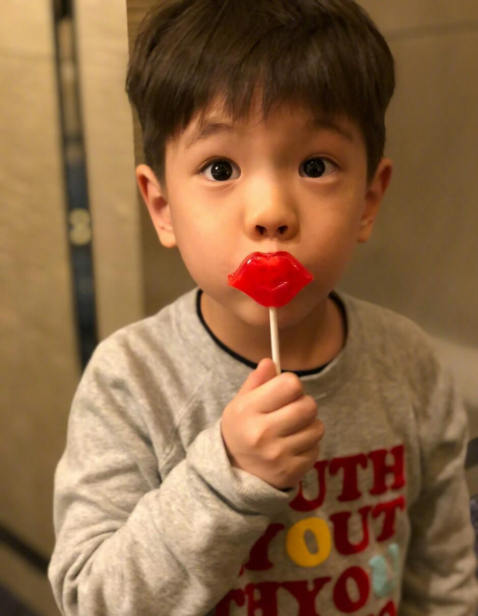 霍思燕晒儿子吃雪糕,嗯哼近期瘦出瓜子脸,网友直呼越来越像杜江