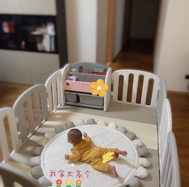 萌出血!林峯老婆晒女儿萌态,不满1岁小公主自己吃饭糊满全身