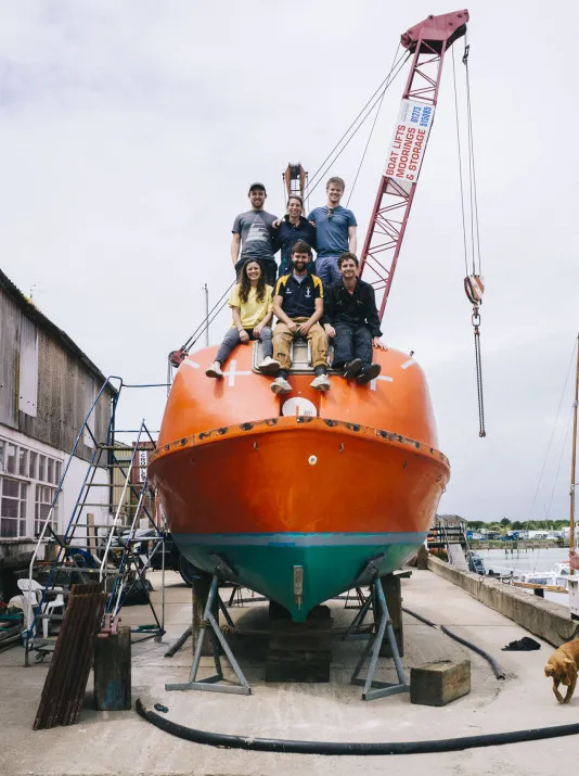 两位外国年轻人改装二手救生艇,带着一只小狗去了北极探险