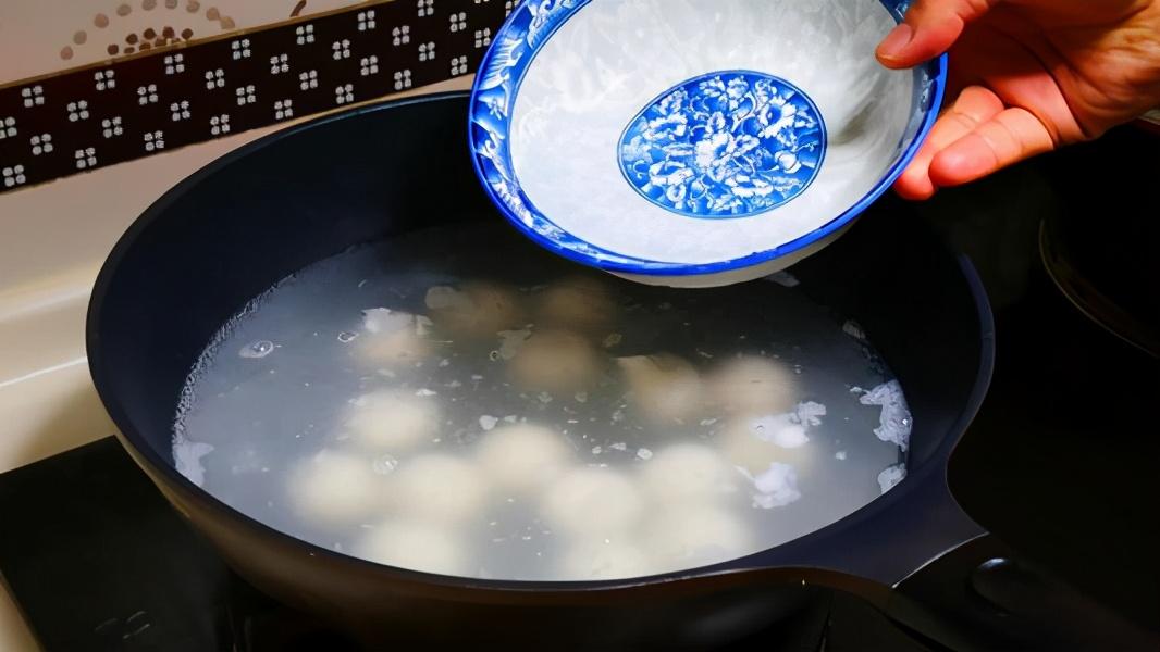 只用清水煮汤圆就错了,教你一招,汤圆煮好后软烂不露馅,真解馋
