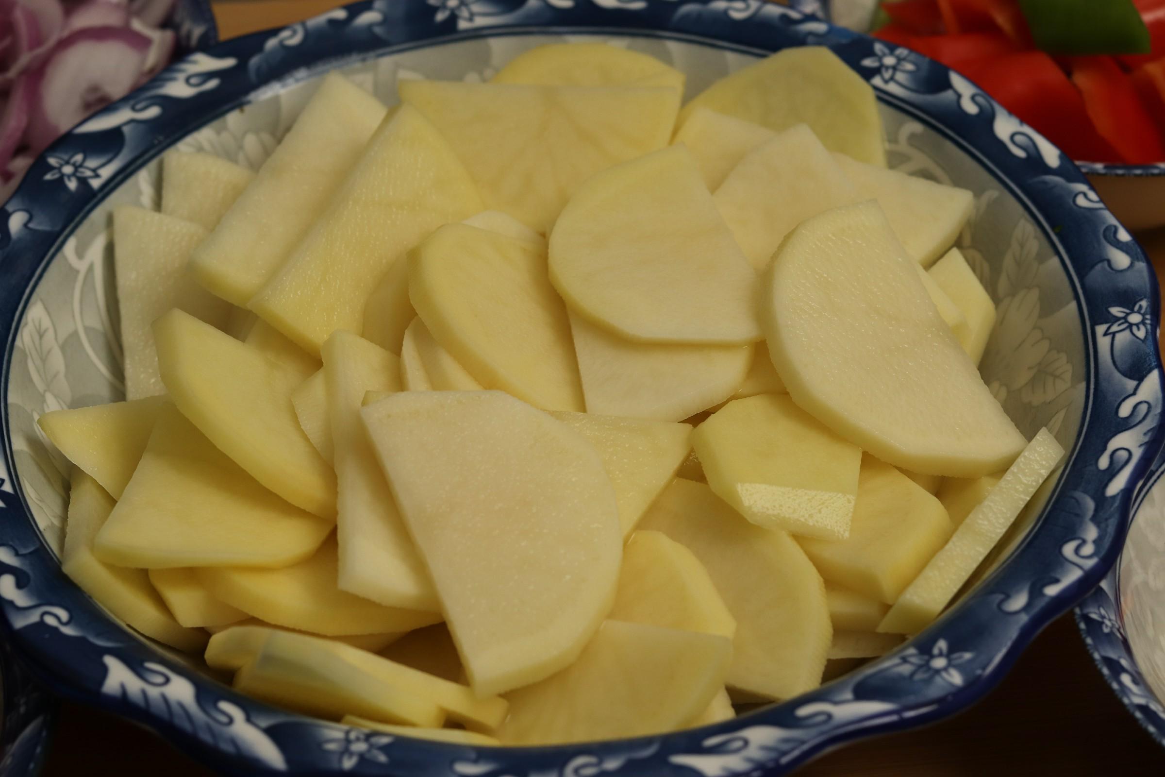 做干锅土豆片,切记不要直接下锅炸,多加一步,好吃不油腻 美食做法 第2张