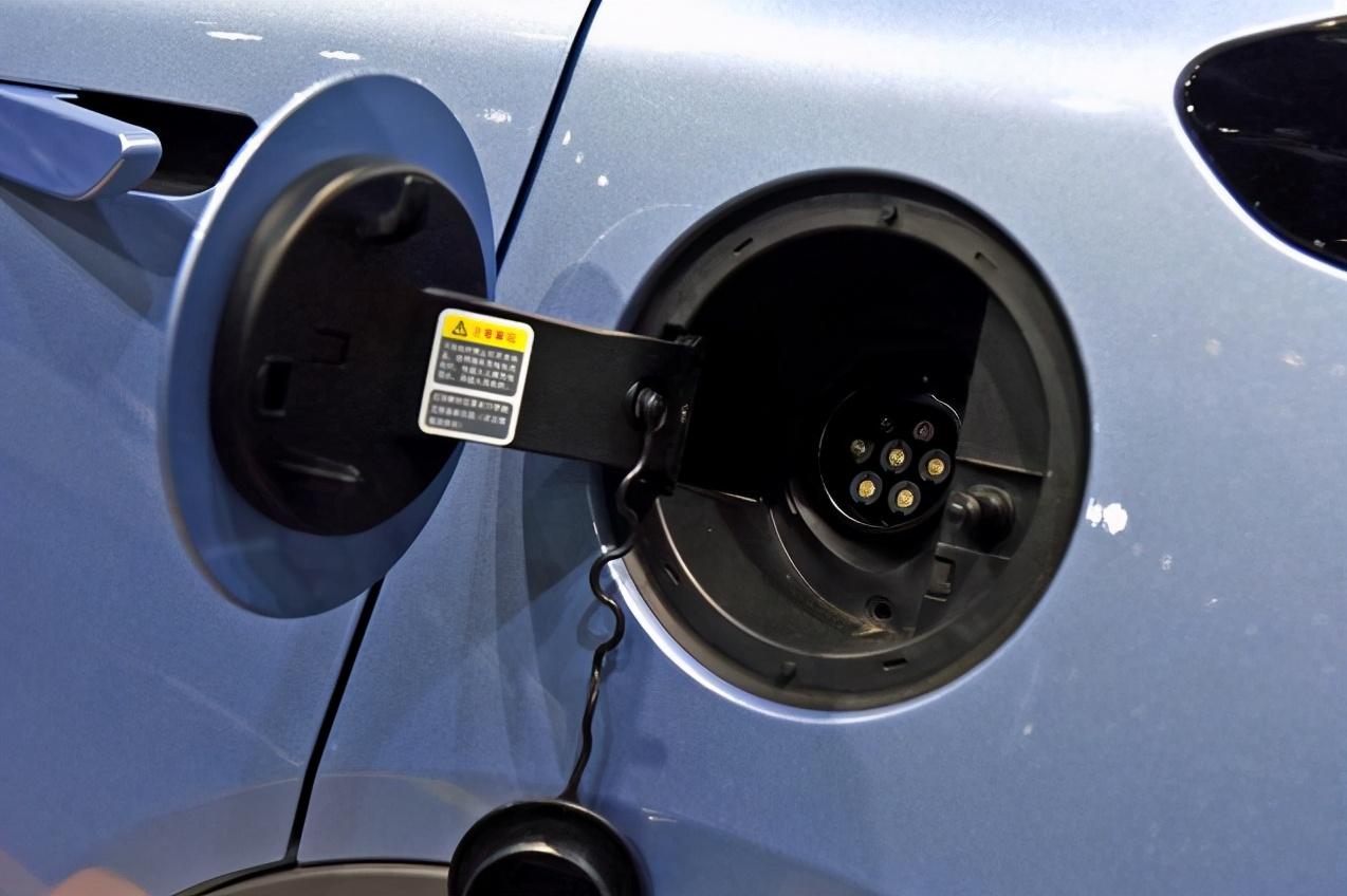 """纯电车也能反向充电?看TA如何化身成""""移动充电桩"""""""