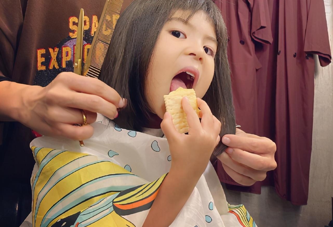 賈靜雯帶女兒們聚會,波妞變小吃貨,為吃蛋糕擠走壽星坐C位萌翻