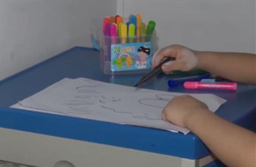 """一件普通的""""文具"""",让10岁男童患上白癜风,家长要注意"""