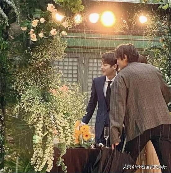 离婚后,宋仲基罕见露面参加朋友婚礼,淋雨拍照帅气依旧