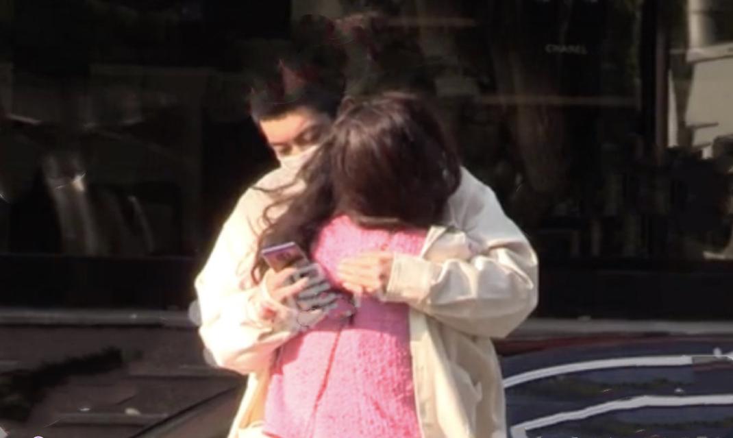 杜江夫婦在街邊等車,霍思燕投進老公懷裡取暖,感情恩愛羨煞旁人