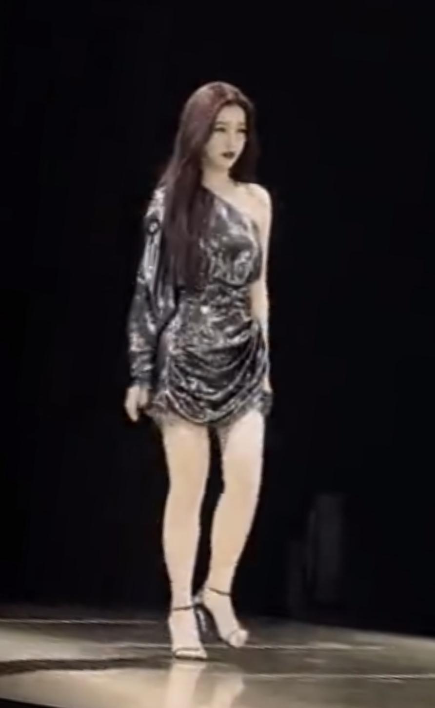 路人镜头拍虞书欣走秀,腿短好虐不像女明星,直接被女主持秒杀