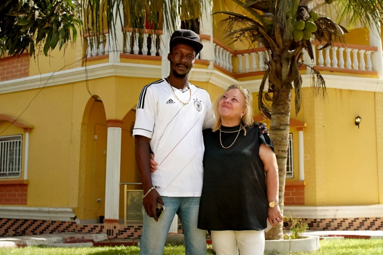 英国白人老太太爱上非洲小伙,声称是真爱,却不知其豪宅全靠租
