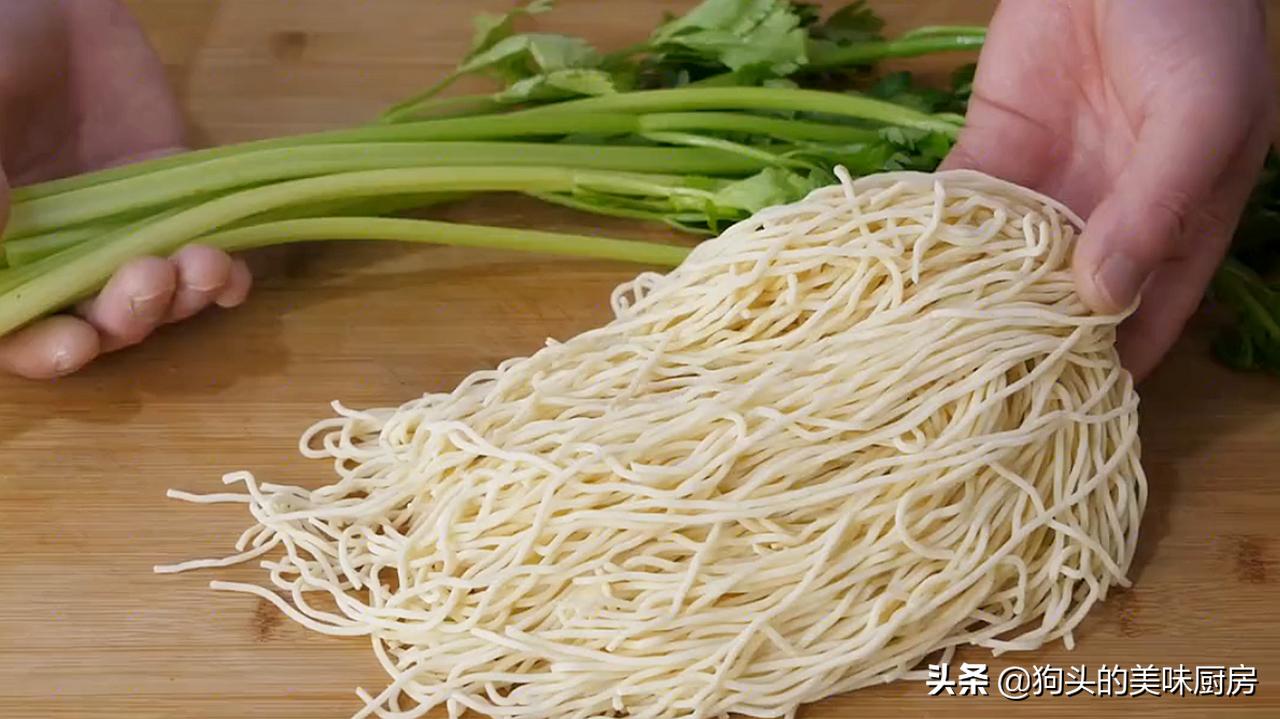 麵條別煮著吃了,教你一個做法,我家一周能吃上6回,比肉還香