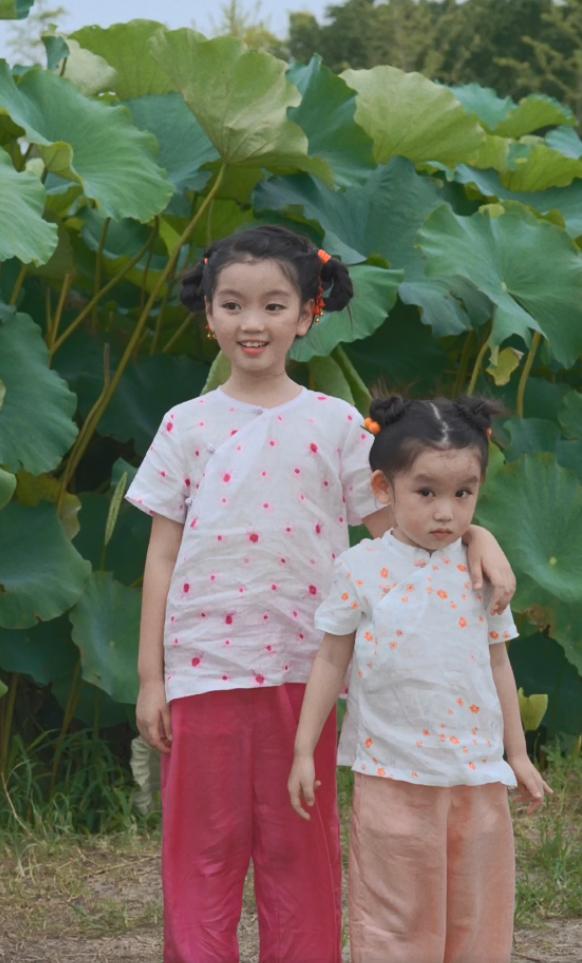 阿拉蕾与妹妹拍大片,近照又黑又瘦全程一个表情,不如妹妹有灵气