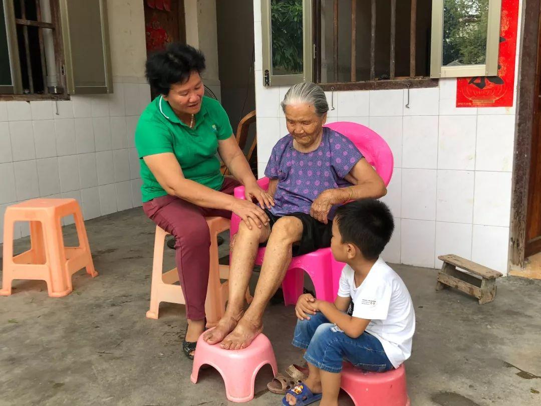 爷爷装睡2岁孙女帮忙盖被子,爸爸的回应,透露出家教的重要性
