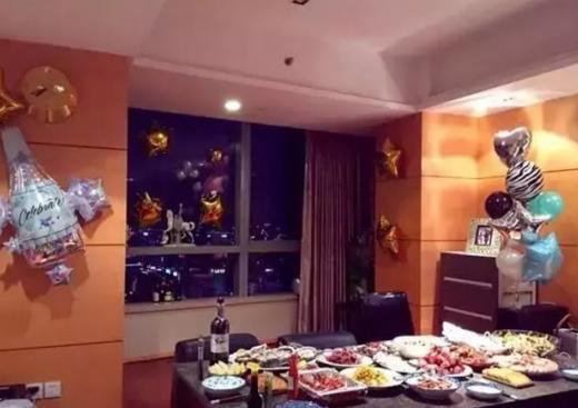 走进姜妍现实的家,餐桌上全是海鲜食材,内部设立超大健身房