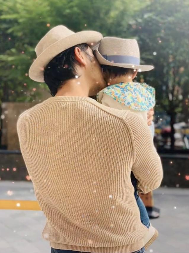 明道时隔一年再晒儿子,自夸父爱如山,亲吻1岁宝宝为自己过节