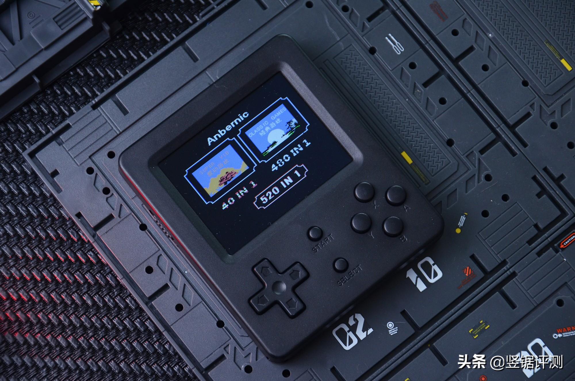 """中国新推出的""""FC掌机""""评价:3英寸屏幕,有40个振动游戏可玩"""