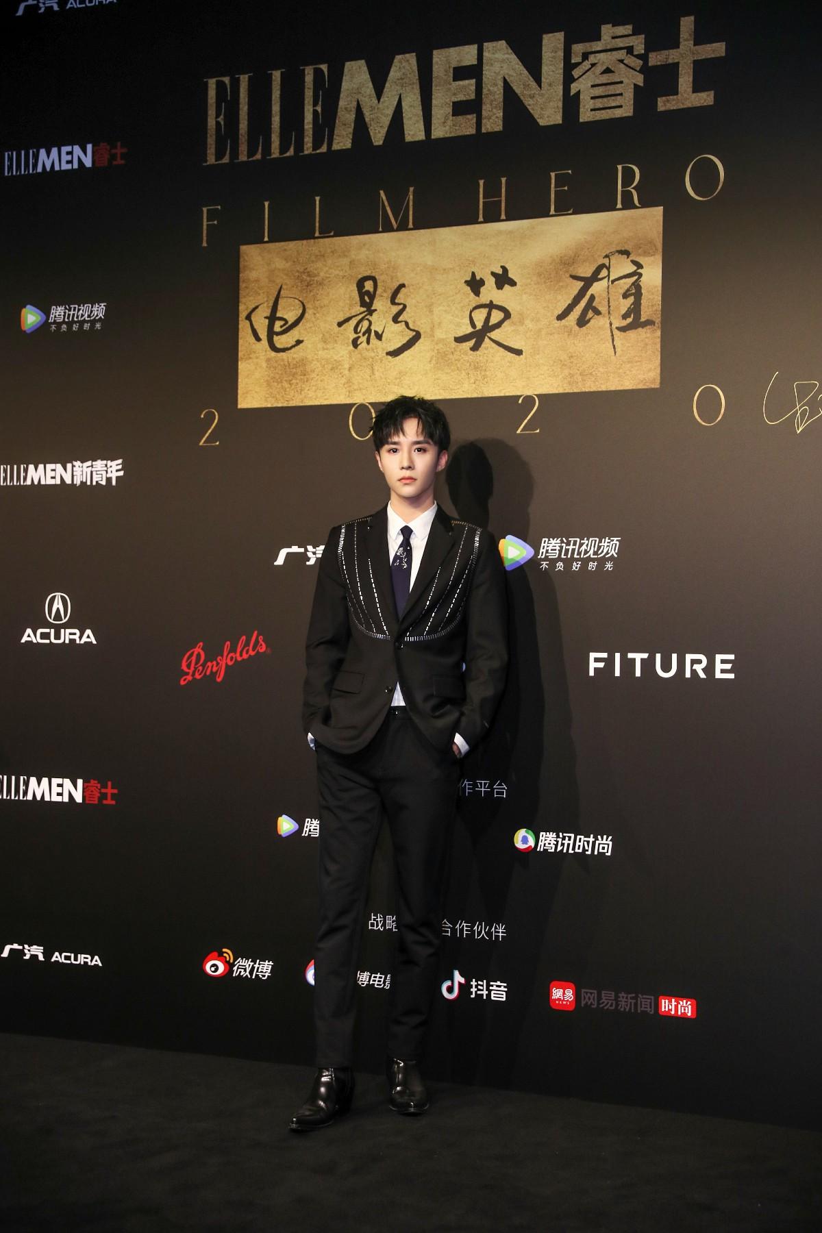 权沛伦亮相ELLEMEN电影英雄盛典 黑色西装穿出简约时尚范