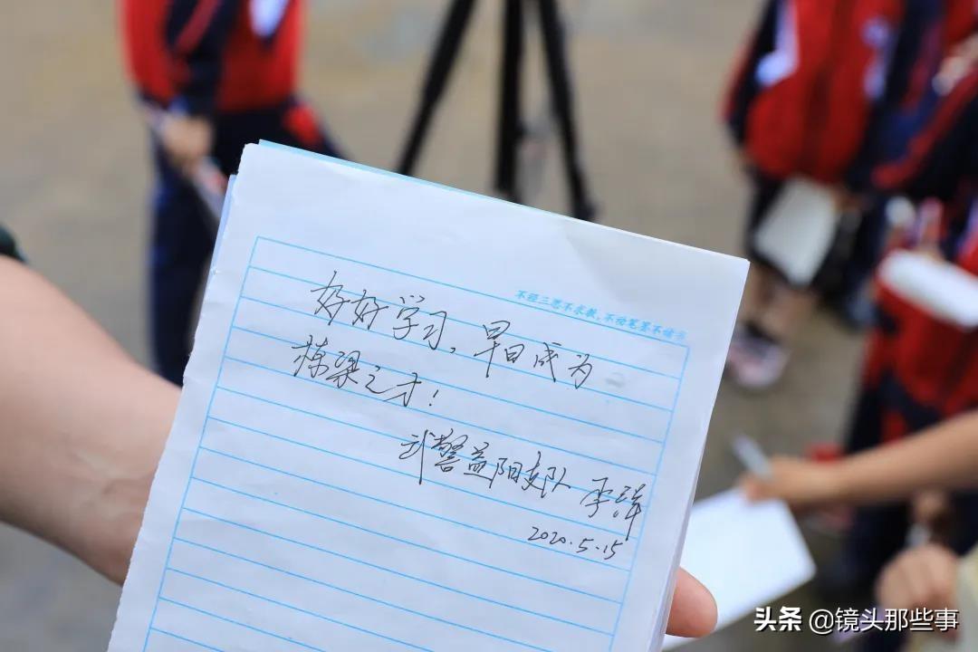 """武警兵哥哥进校园成""""明星""""小学生秒变""""迷妹""""追着要签名"""