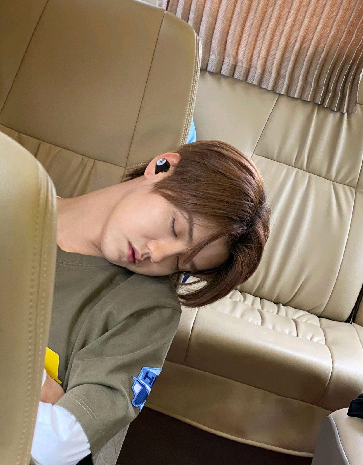 邓超偷拍《哈哈哈哈哈》嘉宾睡觉,令人感叹的是鹿晗的睡颜