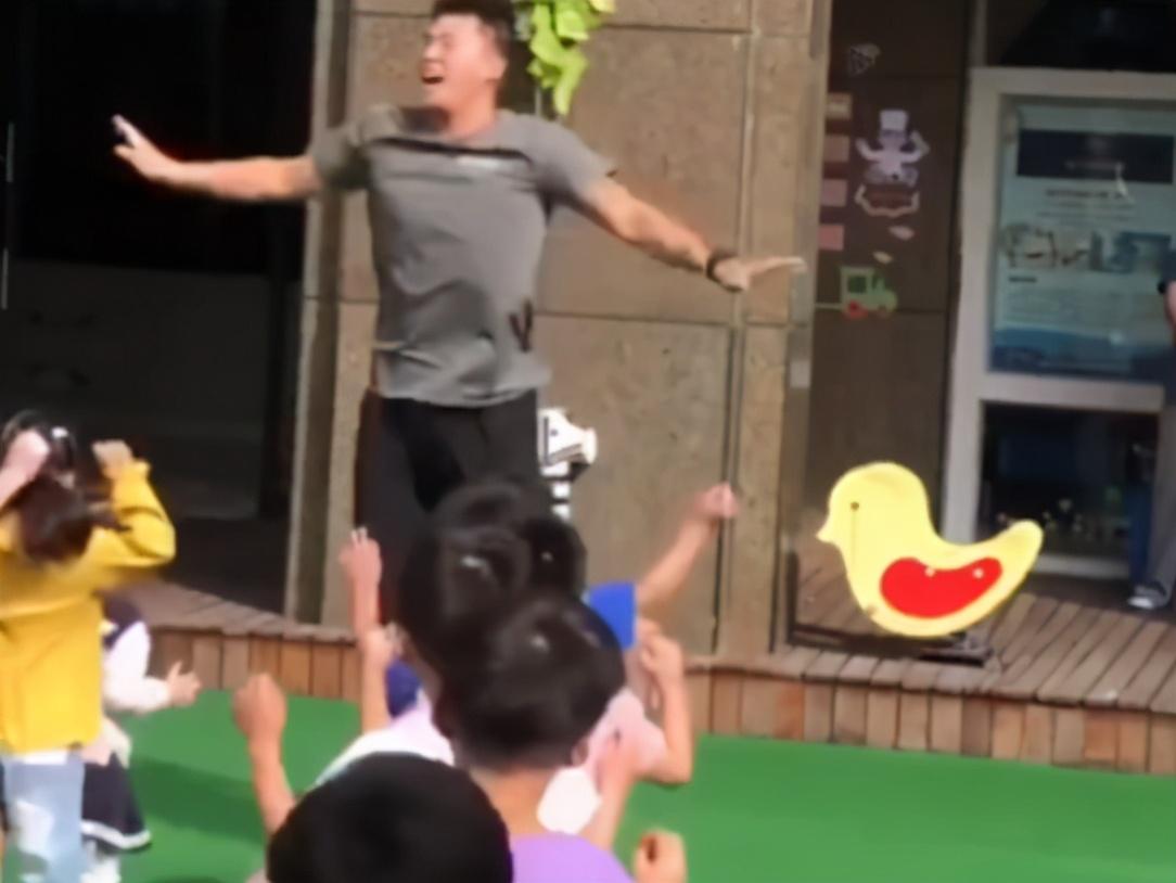 幼儿园猛男幼师走红:原本想做健身教练,但现在更喜欢小朋友