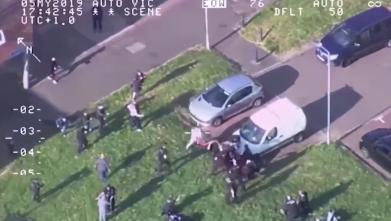 英8名警察遇袭被浇汽油,围观者居然大喊:谁有火柴,快点燃他们