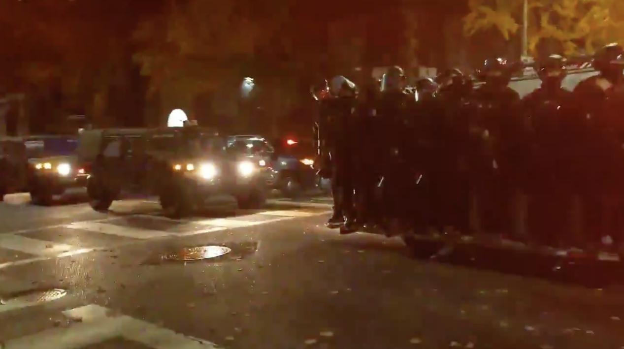 """美国抗议活动升级,美军美警联手组""""人墙"""",数辆装甲车浩荡进城"""