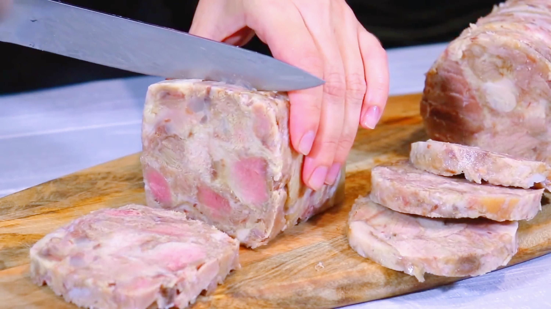 把猪肉装到矿泉水瓶子里,12小时后变成美味香肠,做法头一次见