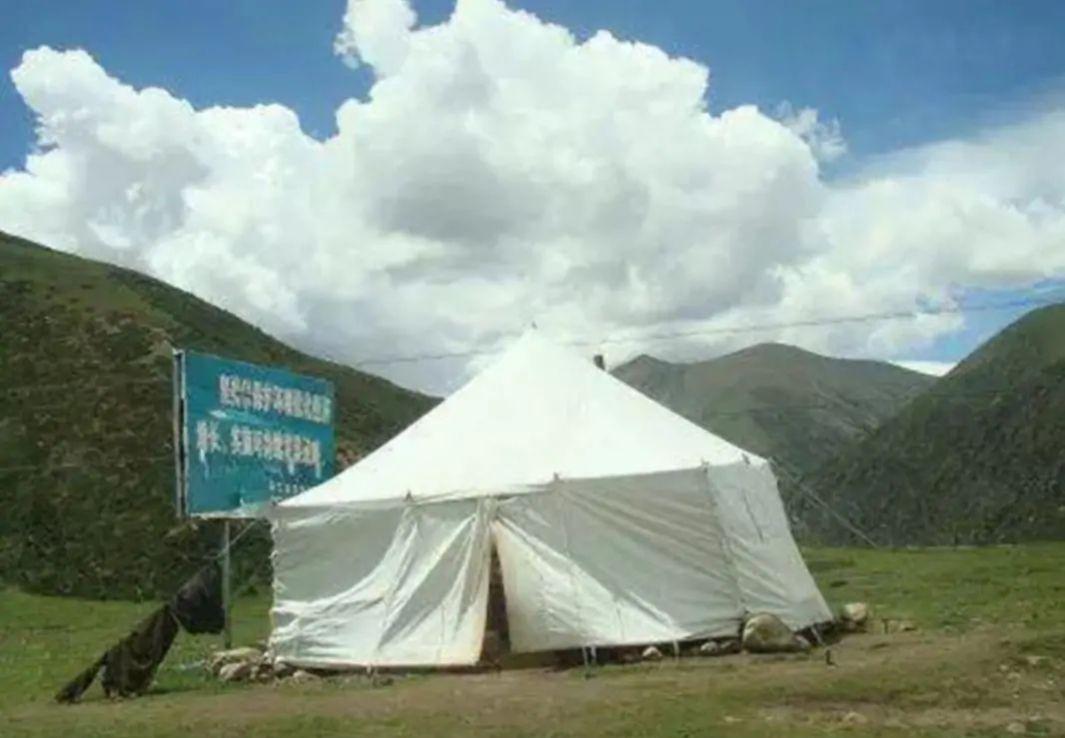西藏路旁的白色帐篷,为何不能进?当地人:进去想出来就难了