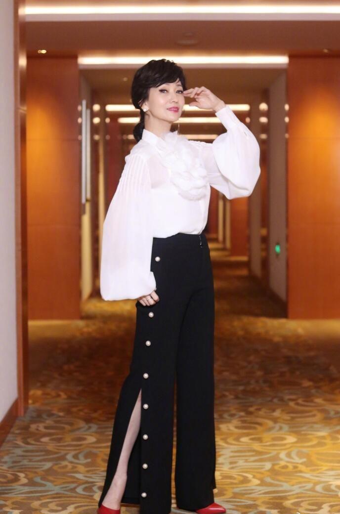 赵雅芝太优雅了,花朵衬衫搭阔腿裤时尚出街,单身插腰气场强大