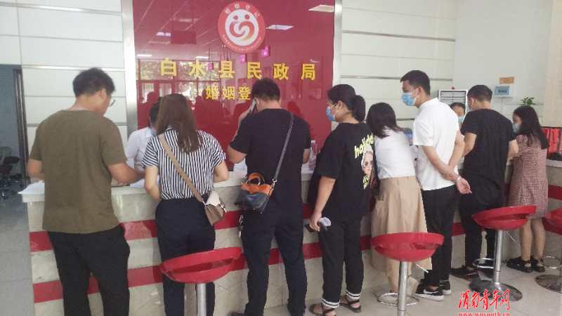 """""""七夕""""当日领证忙,白水县民政局婚姻登记处迎来结婚登记小高峰"""