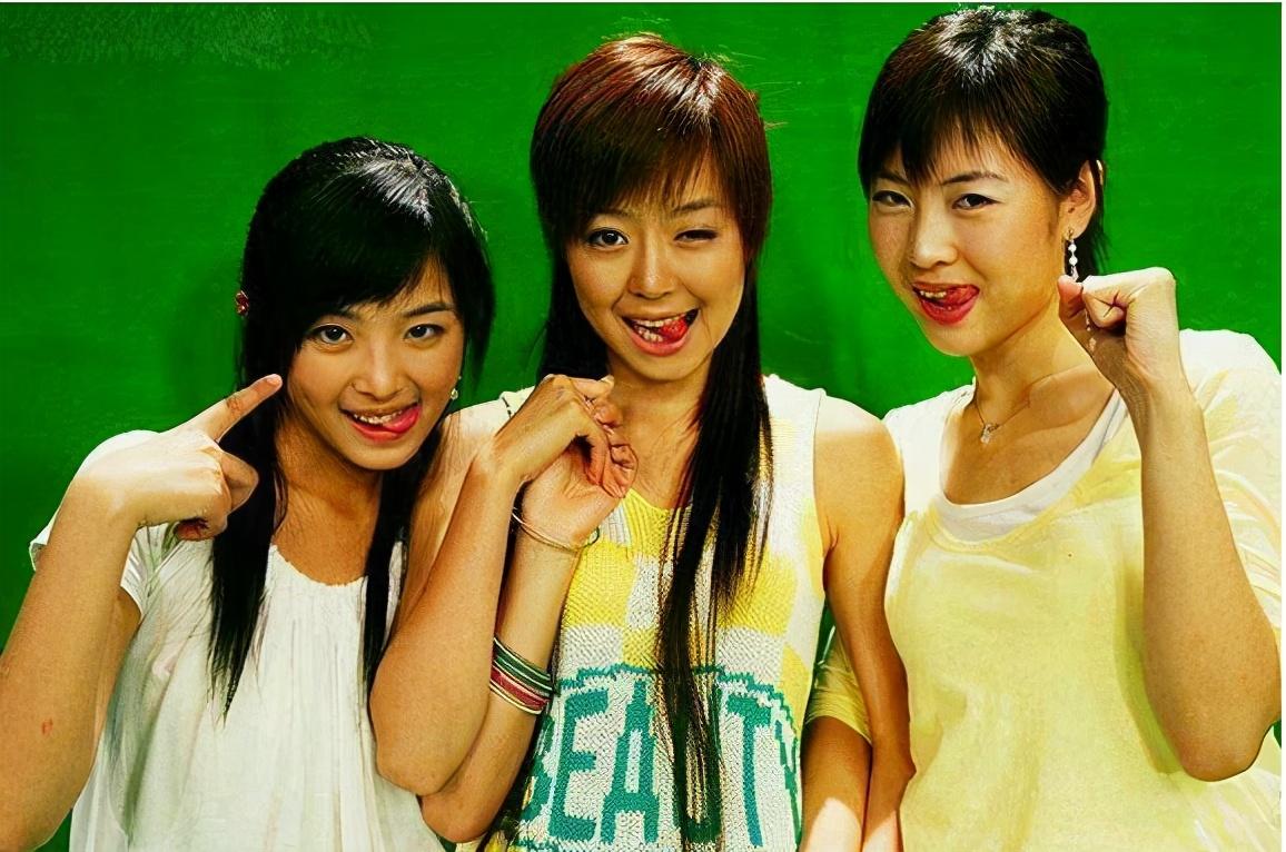 李宇春周笔畅十五年后罕见同框,曾都青涩中性,现在成熟女人味足