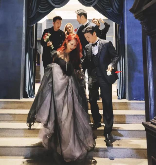 張晉夫婦被偶遇,蔡少芬瘦到胳膊骨頭凸起,下樓梯獲張晉貼心攙扶