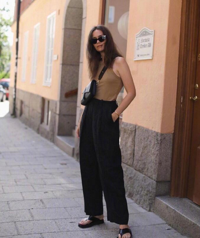 时尚博主Caroline Blomst的黑色系简约穿搭 干练极简中性风