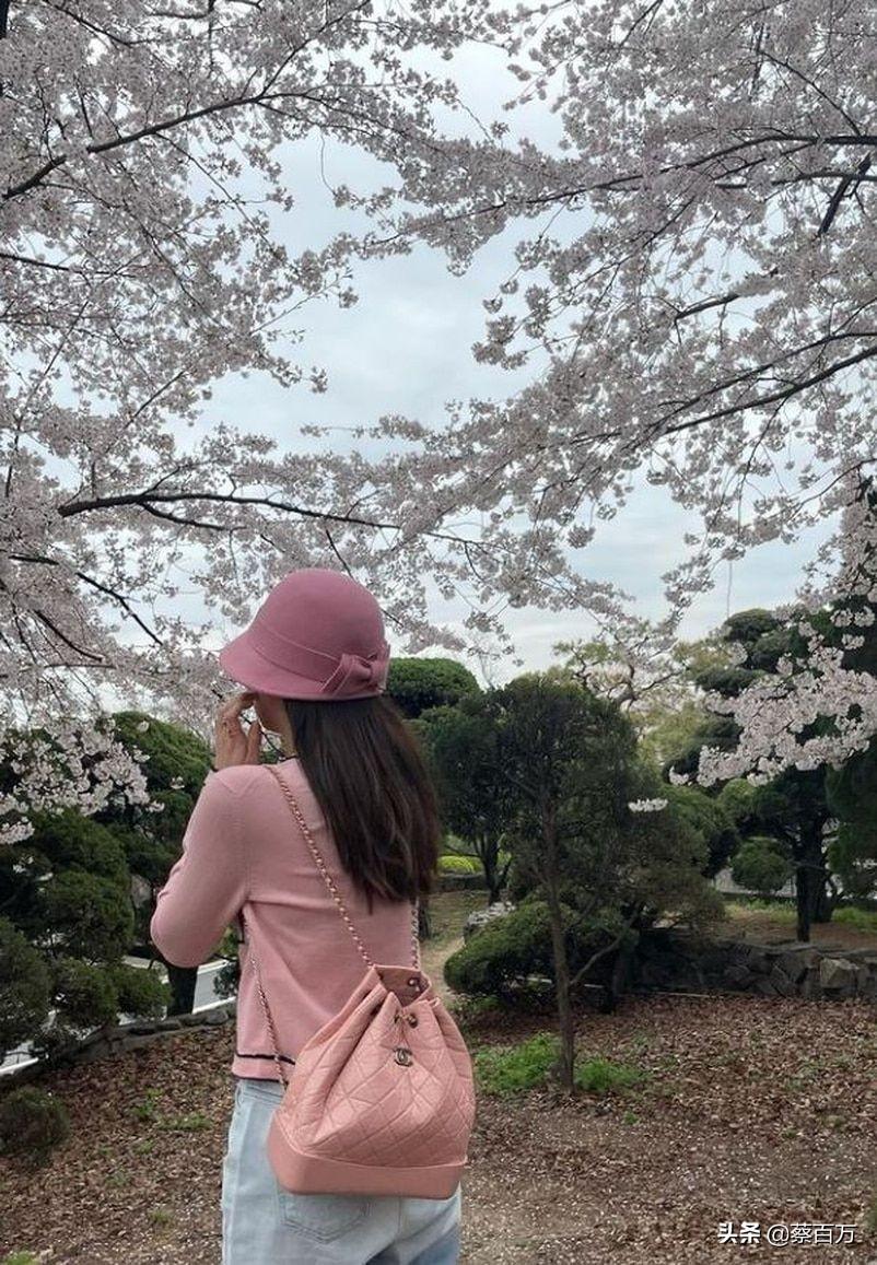 Jennie示范春日着装,樱花粉色赏樱气色真好,不化妆也可以
