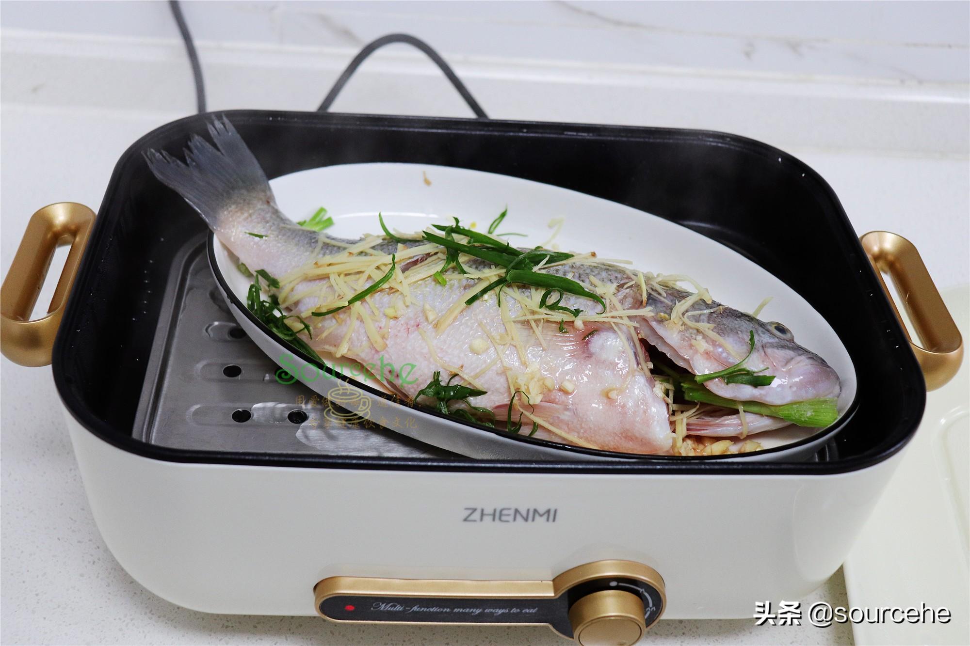 清蒸鱸魚只需8分鐘,一靠火候二靠調味,魚肉離骨,鮮美香滑