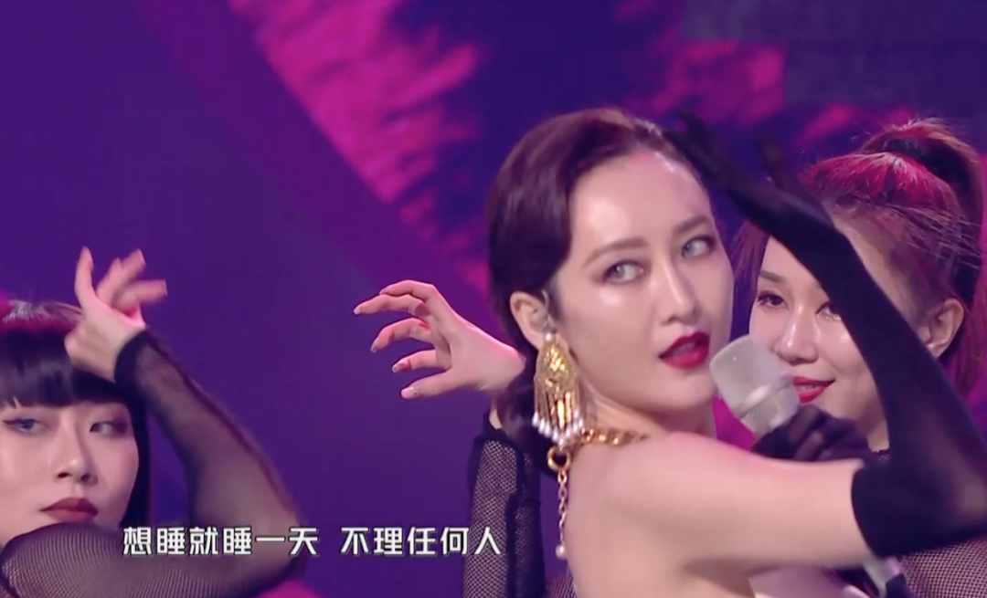 芒果晚会女星翻车:张靓颖刘海油腻,宋茜像傻姑,女主持又变脸了