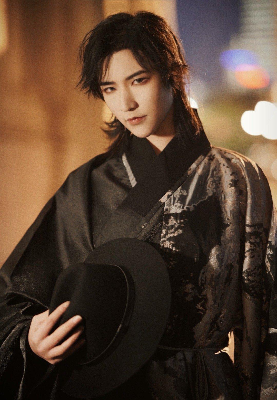 """小哥哥太会""""玩"""",把汉服穿出""""韩国吸血鬼""""的效果,帅气又邪魅"""