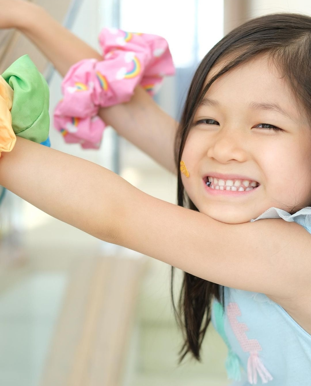 钟嘉欣为5岁女儿庆生,素颜出镜黑眼圈抢镜,Kelly紧搂妈妈萌态足