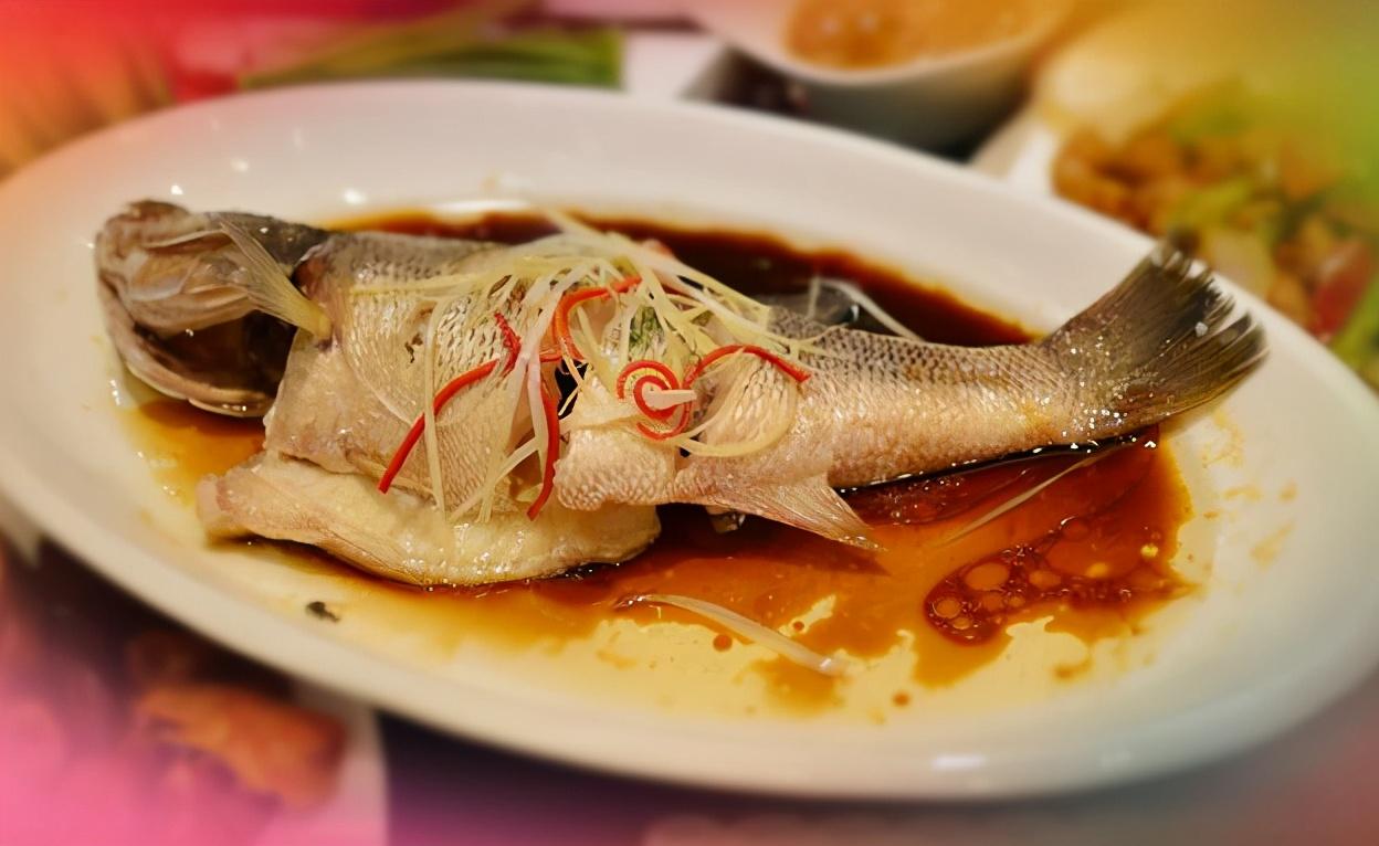 """做清蒸魚,總有人放""""料酒和鹽"""",難怪做得不好吃! 分享正確做法"""
