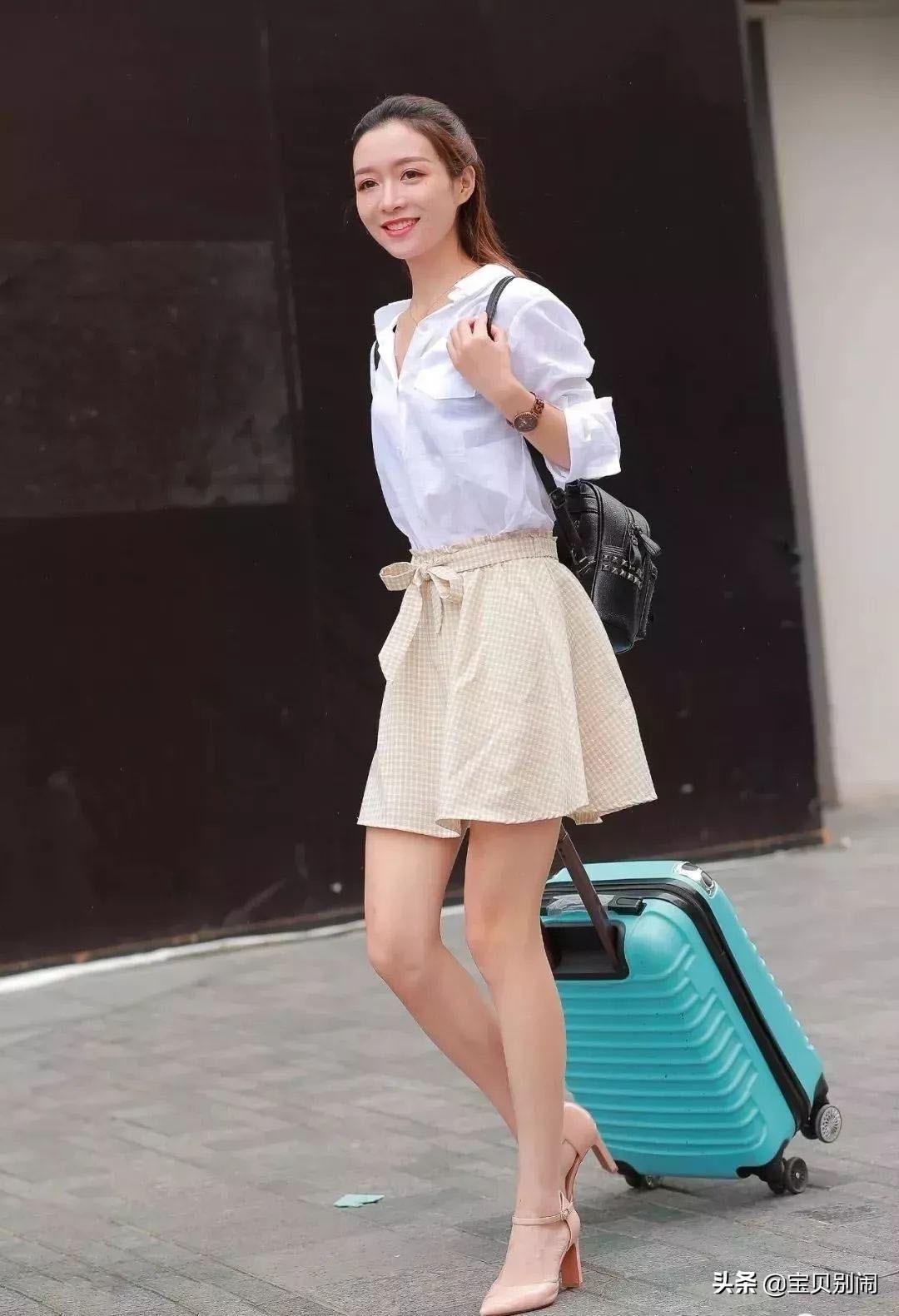 開學入校時尚穿搭,寬松襯衫+小格子半身裙,清新減齡更具美感