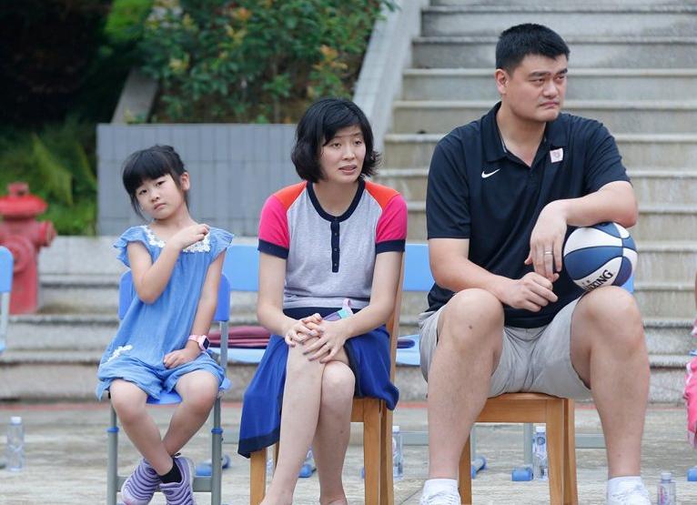 姚明与女儿牵手逛街,11岁姚沁蕾身高到爸爸胸部,一双腿又细又长