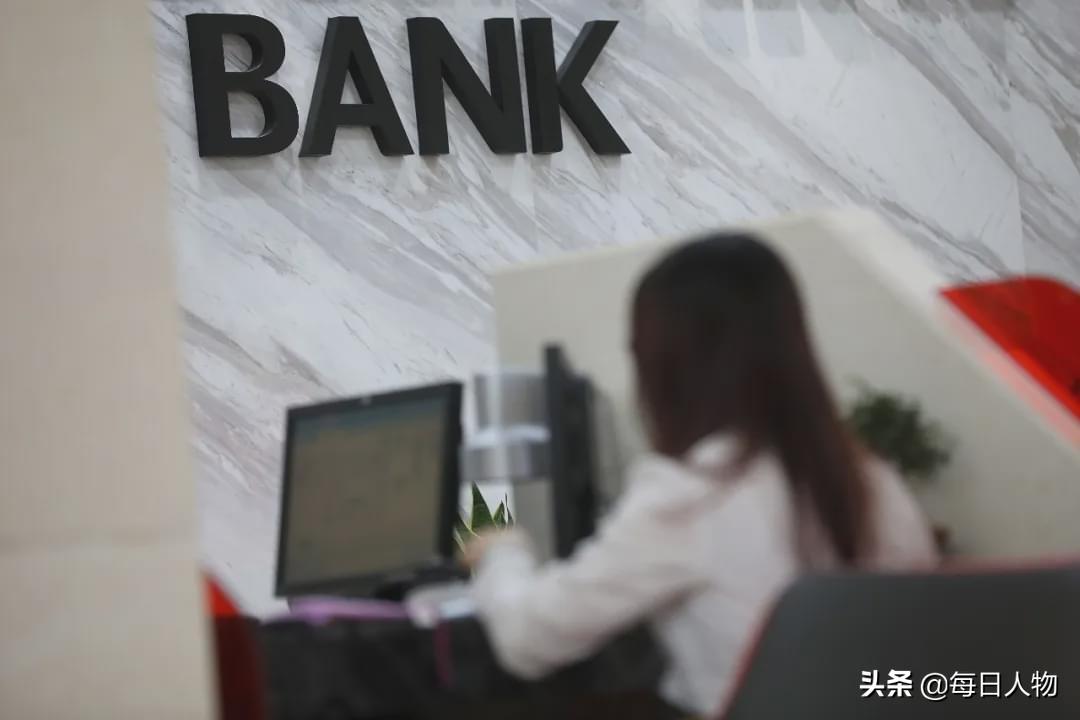 """年轻人正在逃离银行:这里是""""内卷""""最严重的战场 原创 每日人物 2020-10-09 10:33:52 年轻人正在逃离银行:这里是""""内卷""""最严重的战场 对银行里的年轻人来说,内卷不是从进入银行才开始的"""