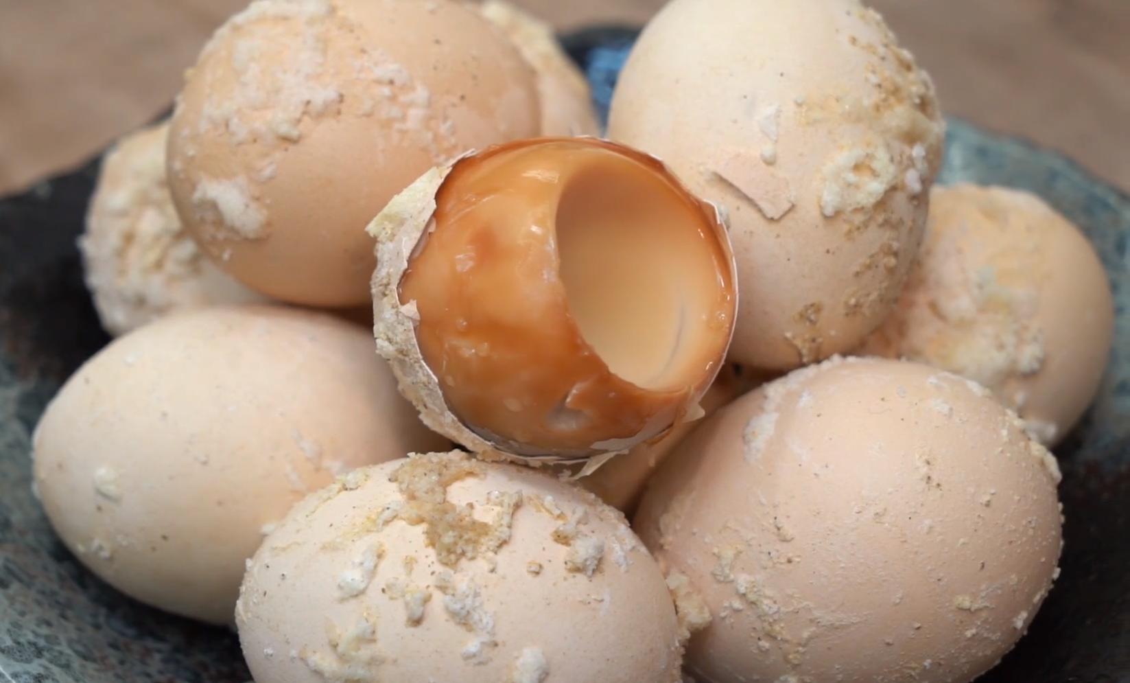 真正懶人鹽焗雞蛋,一個電飯煲就搞定,鹹香入味,比買的還要好吃