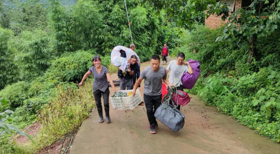 女子发现客厅1厘米裂缝救下21户村民 巫素珍资料照片  第3张