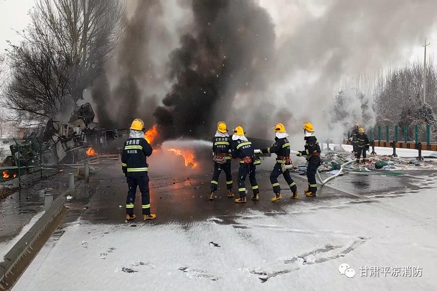 高速发生车祸应急通道堵塞,消防员冒雪奔跑两公里救援