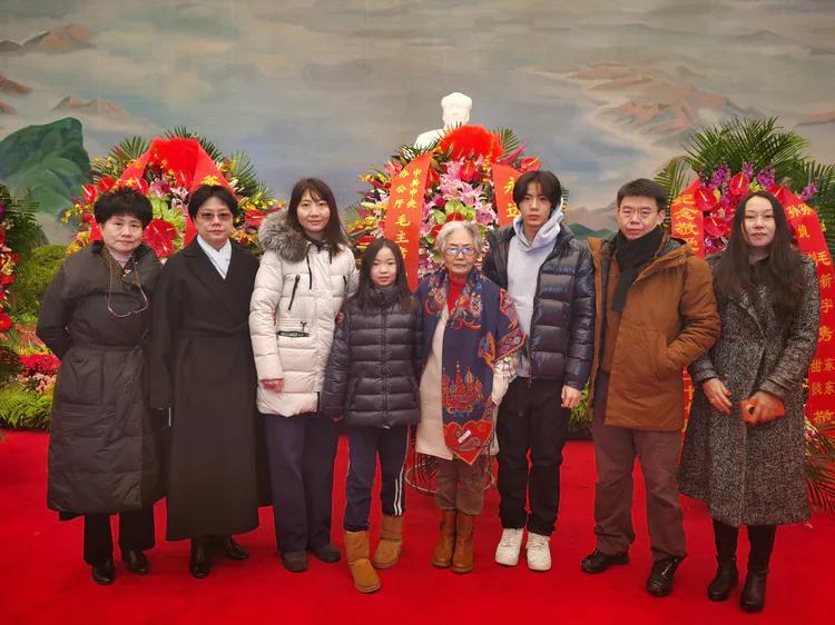 今日张玉凤携亲友到纪念堂祭拜伟人,纪念毛主席诞辰127周年
