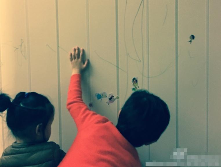 等等小花拿墙当画板,邓超不阻止还反倒支持,聪明父母都会这样做