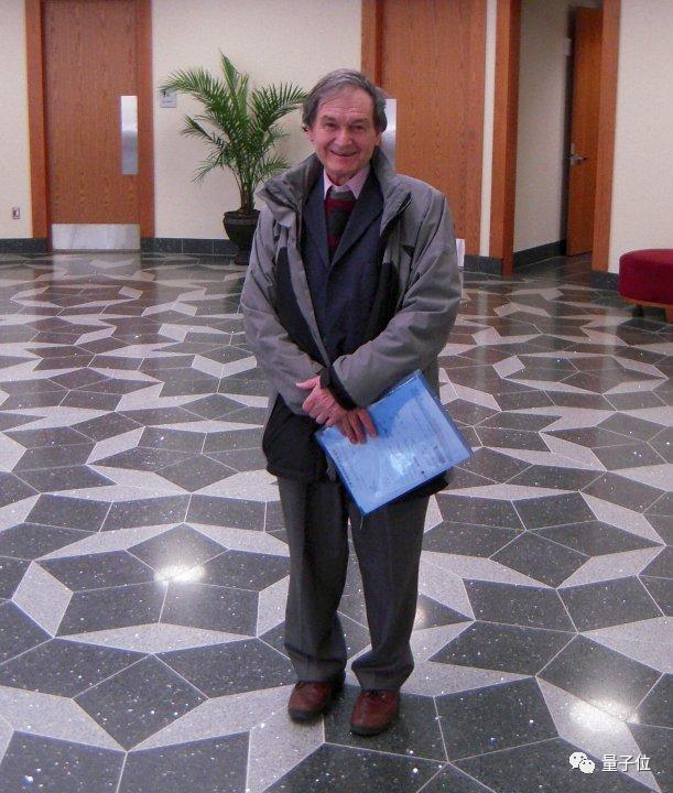 今年诺奖得主彭罗斯的这项发现,9年前已经帮别人拿了诺奖