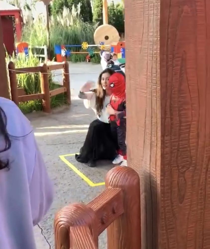 baby母子遊迪士尼,小海綿穿蜘蛛俠皮衣,發現被拍忙遮臉