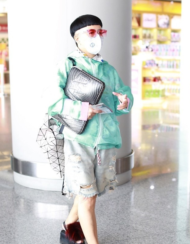 金龟子穿搭真减龄,中国风棉衣配牛仔裤,整体造型非常新潮